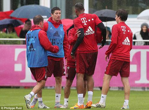 """Lewandowski - Boateng """"tẩn"""" nhau trên sân tập - 1"""