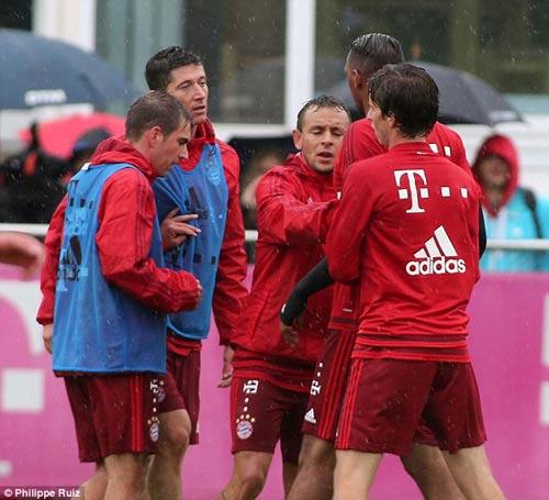"""Lewandowski - Boateng """"tẩn"""" nhau trên sân tập - 2"""