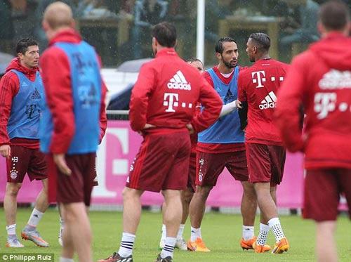 """Lewandowski - Boateng """"tẩn"""" nhau trên sân tập - 3"""