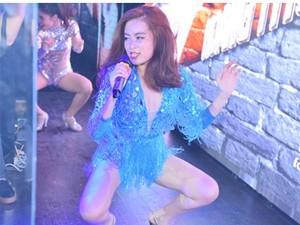Hoàng Thùy Linh diễn sung với váy tua rua sexy
