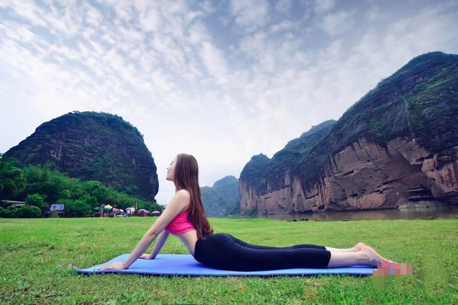 Hot girl bị ném đá vì mặc hở hang tập Yoga ở chùa - 6