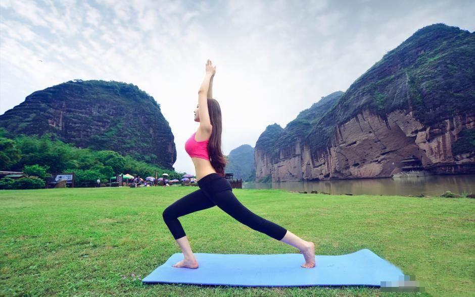 Hot girl bị ném đá vì mặc hở hang tập Yoga ở chùa - 8