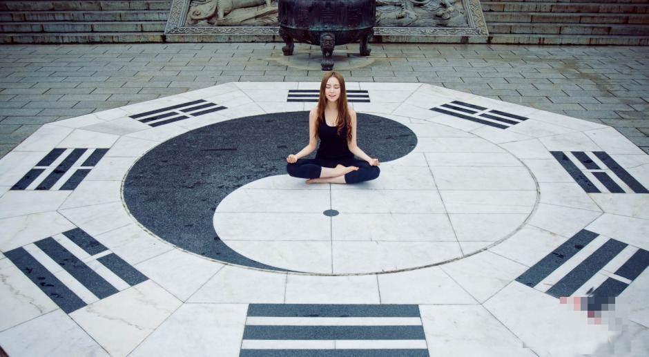 Hot girl bị ném đá vì mặc hở hang tập Yoga ở chùa - 5