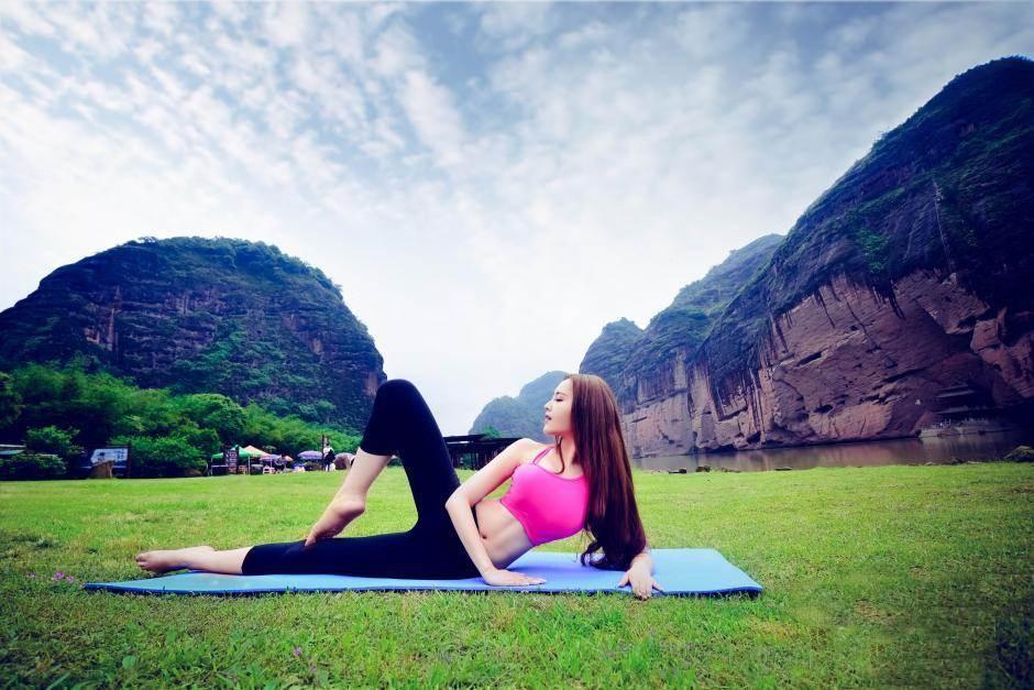 Hot girl bị ném đá vì mặc hở hang tập Yoga ở chùa - 9
