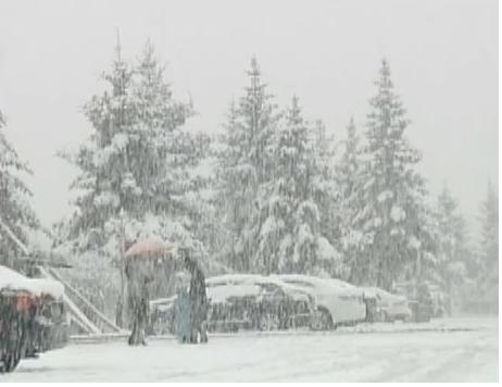 Tuyết rơi trắng giữa mùa hè tại Trung Quốc - 1