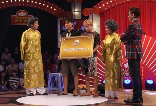 Hai chàng trai ngơ ngác lấy 40 triệu từ Trấn Thành, Việt Hương - 3