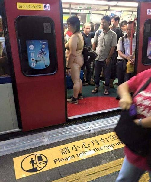 """""""Thảm họa nội y"""" xuất hiện trên tàu điện ngầm châu Á - 1"""