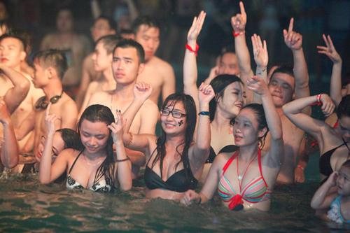 DJ Trang Moon: Đến hồ bơi chẳng nhẽ mặc sơ mi? - 1