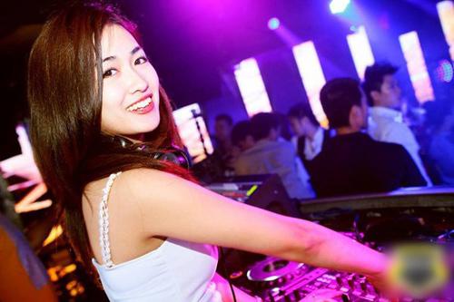 DJ Trang Moon: Đến hồ bơi chẳng nhẽ mặc sơ mi? - 3