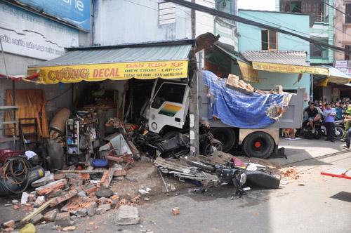 Xe ben tông sập nhà dân, 2 người tử vong - 2