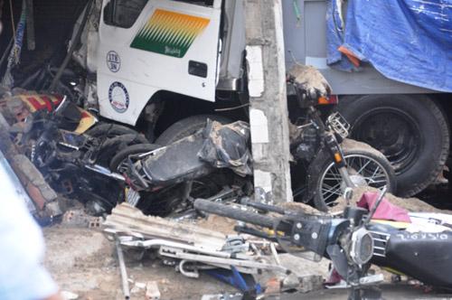 Xe ben tông sập nhà dân, 2 người tử vong - 1