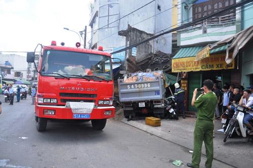Xe ben tông sập nhà dân, 2 người tử vong - 3