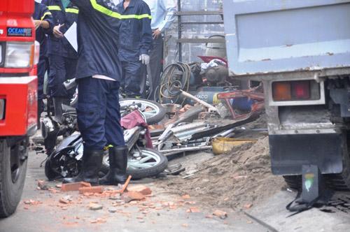 Xe ben tông sập nhà dân, 2 người tử vong - 4