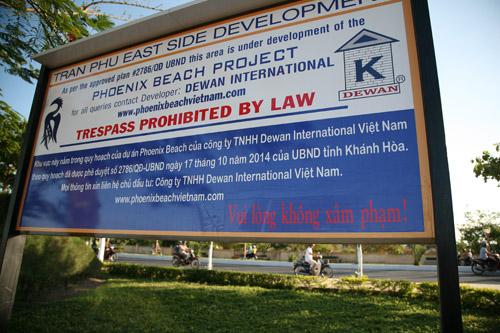 """Yêu cầu tháo dỡ biển """"cấm xâm phạm"""" bãi biển Nha Trang - 4"""