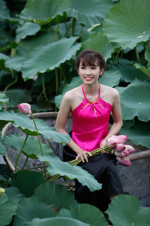 Chị em Hà Thành nô nức mặc yếm đào chụp ảnh sen - 2