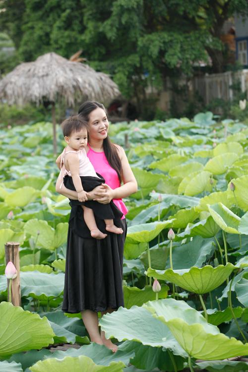 Chị em Hà Thành nô nức mặc yếm đào chụp ảnh sen - 4