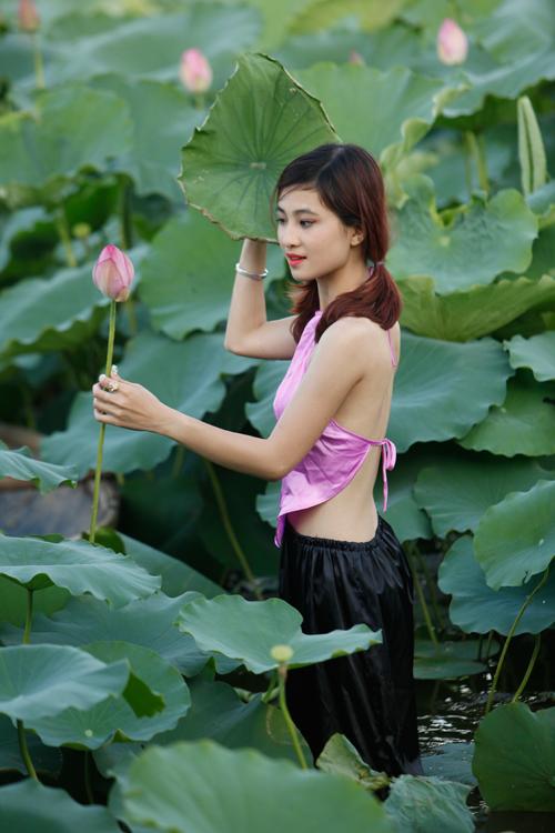 Chị em Hà Thành nô nức mặc yếm đào chụp ảnh sen - 9
