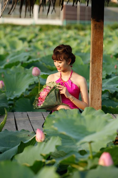 Chị em Hà Thành nô nức mặc yếm đào chụp ảnh sen - 8
