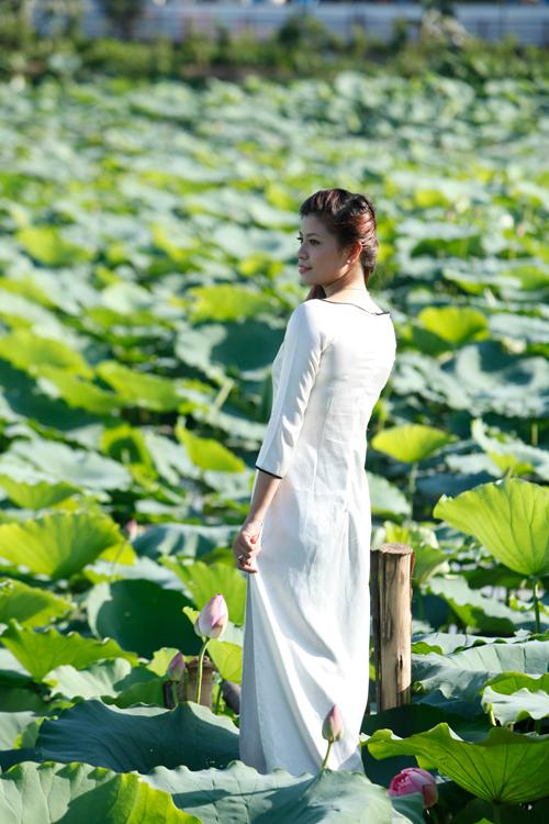 Chị em Hà Thành nô nức mặc yếm đào chụp ảnh sen - 15
