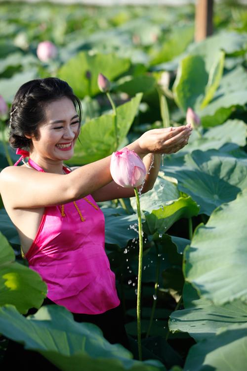 Chị em Hà Thành nô nức mặc yếm đào chụp ảnh sen - 11