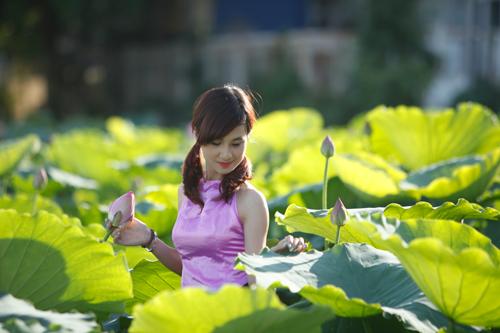 Chị em Hà Thành nô nức mặc yếm đào chụp ảnh sen - 14