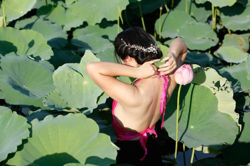 Chị em Hà Thành nô nức mặc yếm đào chụp ảnh sen - 12