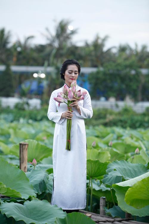 Chị em Hà Thành nô nức mặc yếm đào chụp ảnh sen - 18