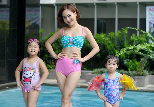 """Lan Phương """"hấp dẫn"""" em nhỏ tại bể bơi - 2"""