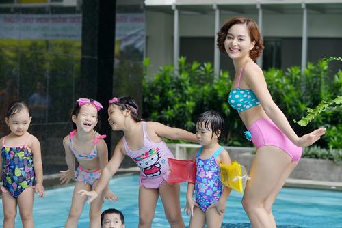 """Lan Phương """"hấp dẫn"""" em nhỏ tại bể bơi - 1"""