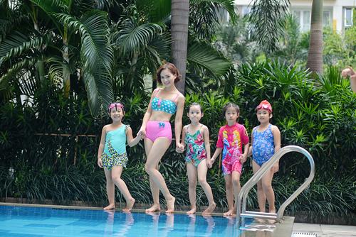 """Lan Phương """"hấp dẫn"""" em nhỏ tại bể bơi - 4"""