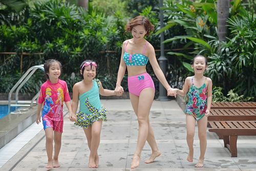 """Lan Phương """"hấp dẫn"""" em nhỏ tại bể bơi - 3"""