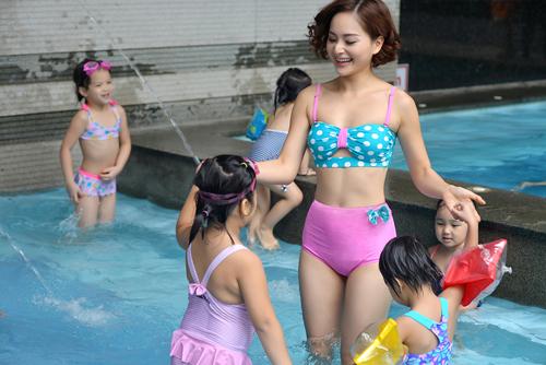 """Lan Phương """"hấp dẫn"""" em nhỏ tại bể bơi - 6"""