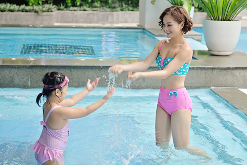 """Lan Phương """"hấp dẫn"""" em nhỏ tại bể bơi - 7"""