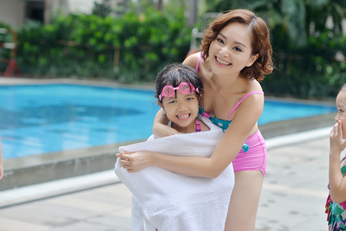 """Lan Phương """"hấp dẫn"""" em nhỏ tại bể bơi - 8"""
