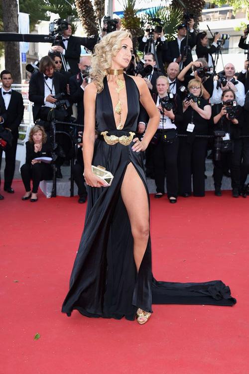 Sao nữ U40 bị gió thổi tung váy trên thảm đỏ Cannes - 2