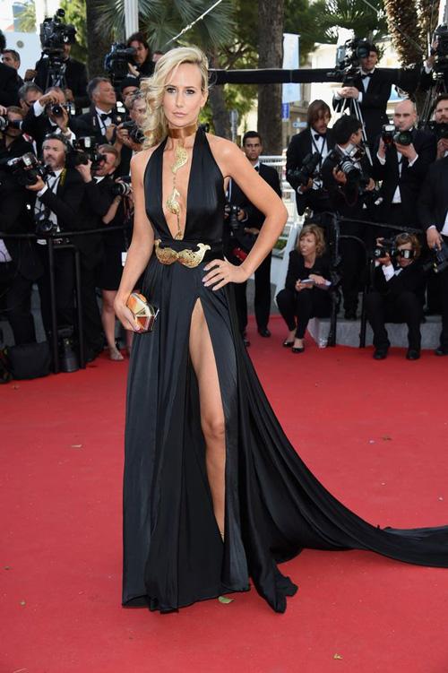Sao nữ U40 bị gió thổi tung váy trên thảm đỏ Cannes - 1