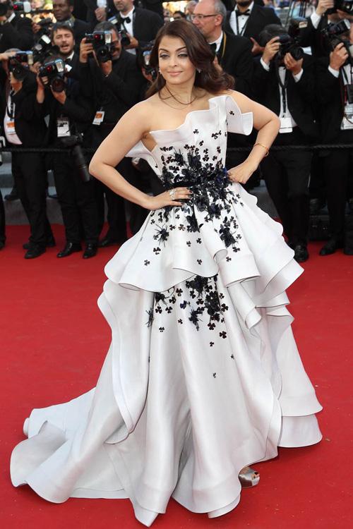 Sao nữ U40 bị gió thổi tung váy trên thảm đỏ Cannes - 9
