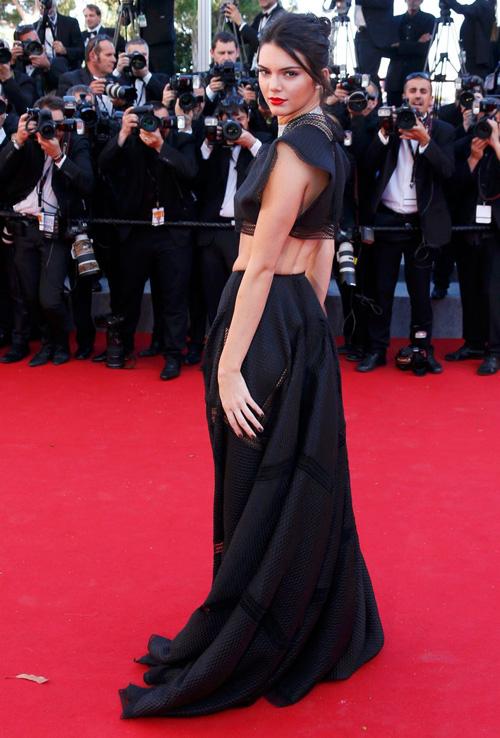 Sao nữ U40 bị gió thổi tung váy trên thảm đỏ Cannes - 7