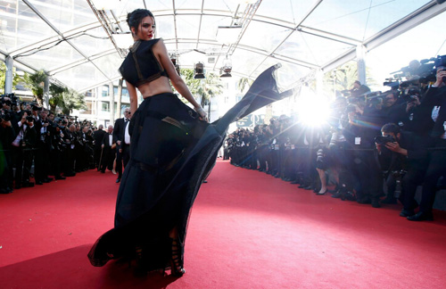 Sao nữ U40 bị gió thổi tung váy trên thảm đỏ Cannes - 8
