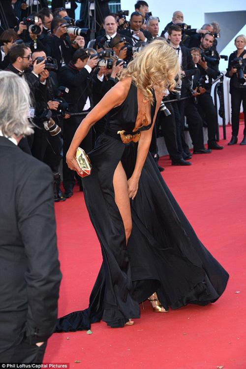 Sao nữ U40 bị gió thổi tung váy trên thảm đỏ Cannes - 5