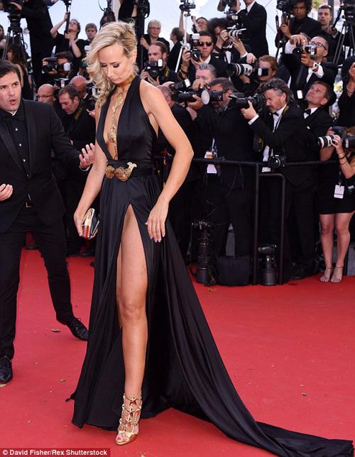 Sao nữ U40 bị gió thổi tung váy trên thảm đỏ Cannes - 4