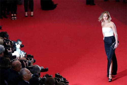 """LHP Cannes bị """"ném đá"""" vì cấm đi giày bệt lên thảm đỏ. - 1"""