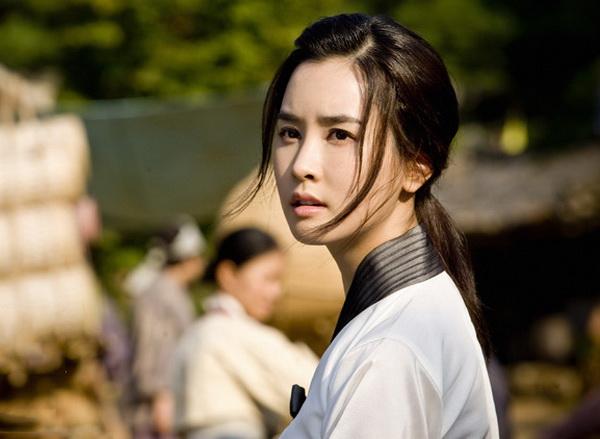 """Lee Da Hae """"lột xác"""" thành nữ chủ tịch sang chảnh - 3"""