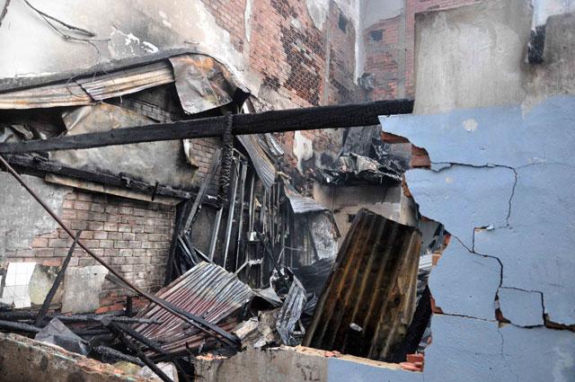 TPHCM: Cứu mẹ con sản phụ giữa ngọn lửa trùm 3 căn nhà - 4