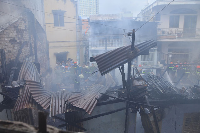 TPHCM: Cứu mẹ con sản phụ giữa ngọn lửa trùm 3 căn nhà - 1