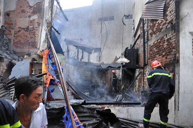 TPHCM: Cứu mẹ con sản phụ giữa ngọn lửa trùm 3 căn nhà - 2