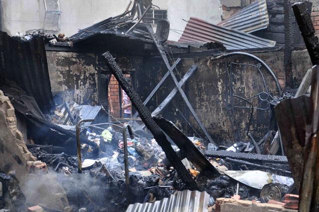 TPHCM: Cứu mẹ con sản phụ giữa ngọn lửa trùm 3 căn nhà - 11