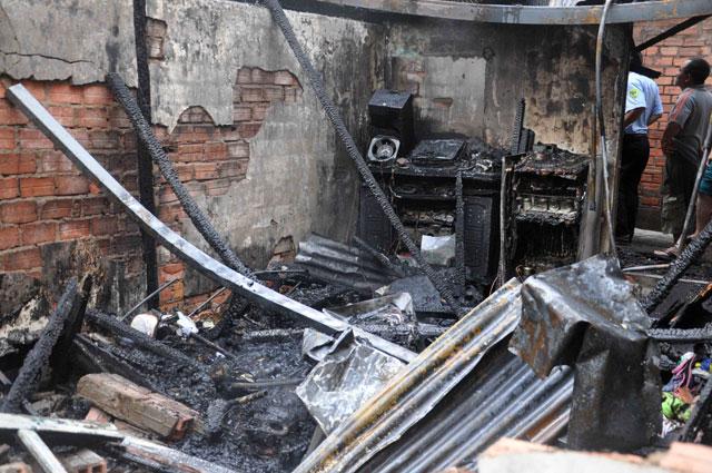 TPHCM: Cứu mẹ con sản phụ giữa ngọn lửa trùm 3 căn nhà - 8