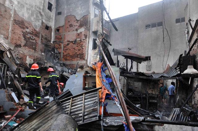 TPHCM: Cứu mẹ con sản phụ giữa ngọn lửa trùm 3 căn nhà - 6