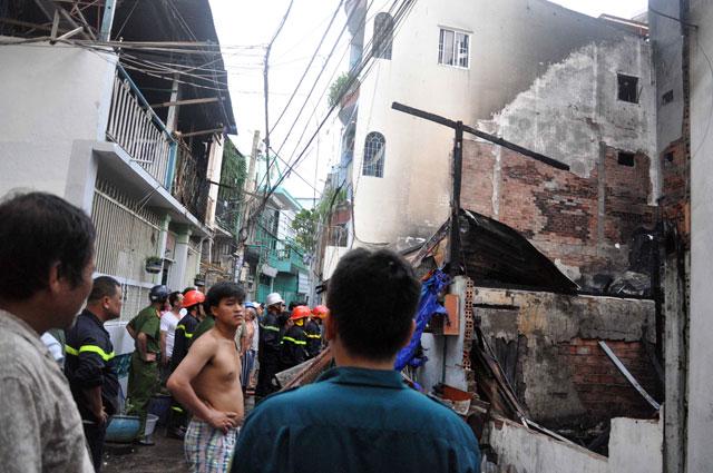 TPHCM: Cứu mẹ con sản phụ giữa ngọn lửa trùm 3 căn nhà - 12